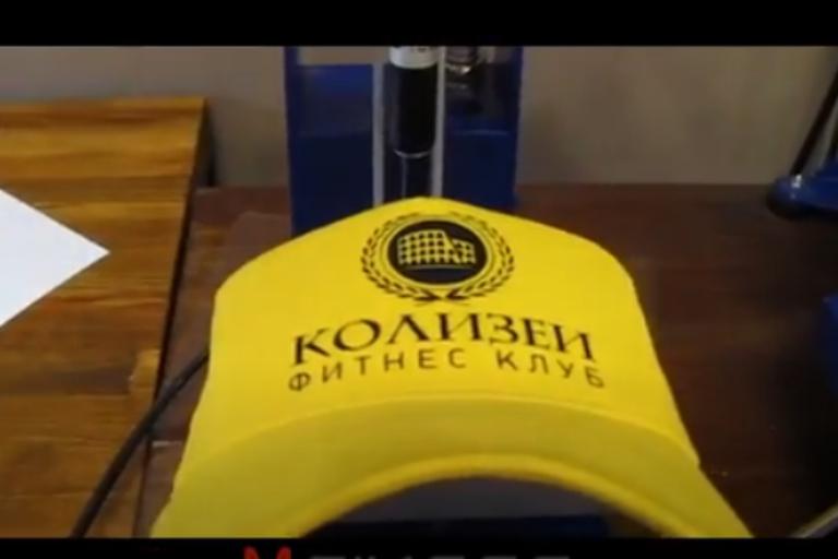 Нанесение логотипа на кепку в Москве дешево